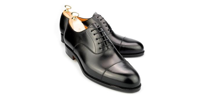 fc31ce7e98 Zárt fűzésű, minta nélküli fekete cipő, azaz semi plain oxford, a  férficipők number one-ja.
