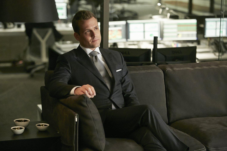 15758465db Estélyi megjelenés keretében a fekete öltönyhöz viselhetünk szürke  nyakkendőt is. Ez természetesen csak akkor helyénvaló, ha nem kell  megfelelnünk a black ...